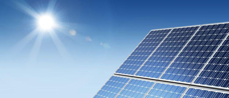 Solarpanel und Sonne