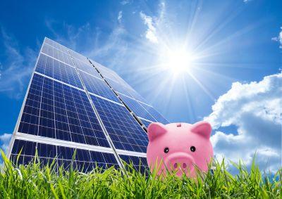 Lohnt sich eine Solaranlage? Sparschwein und Solarpanel